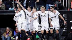 Los jugadores del Valencia felicitan a Rodrigo Moreno, el autor del gol que eliminó al Betis.