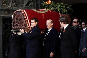 Los nietos de Franco llevando la tumba del dictador.