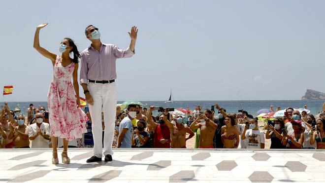 Los Reyes recorren la playa de Levante en Benidorm.
