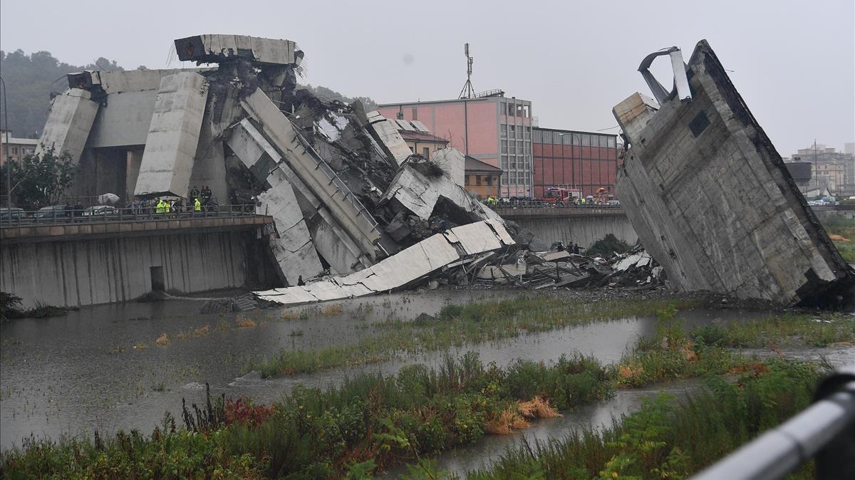 Los servicios de emergencia realizan labores de desescombro y rescate de las víctimas en el puente que se ha caído en Génova, este martes.