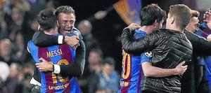 Luis Enrique y Messi se abrazan tras la victoria ante el PSG. A la derecha, Sergi Roberto y Robert Moreno, uno de los ayudantes del técnico.