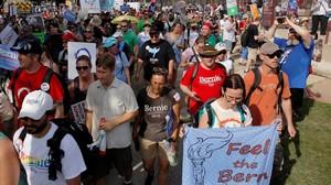 Manifestantes contra la elección de Hillary Clinton como candidata demócrata a la Casa Blanca, en Filadelfia (Pensilvania), el 24 de julio.