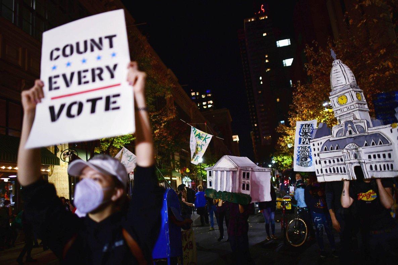 Manifestantes reclaman que se cuente cada voto, anoche frente a un centro de recuento en Filadelfia.