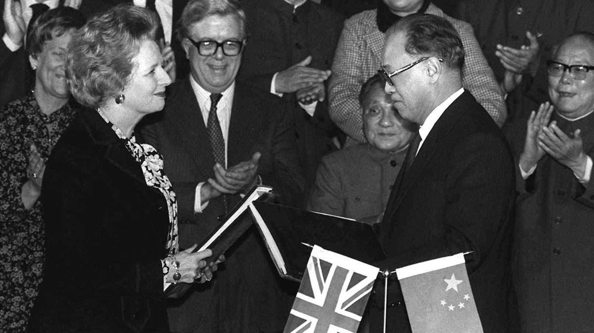 Margaret Thatcher y Zhao Ziyang, durante la firma de una declaración conjunta del Reino Unido y China para la devolución de Hong Kong, en 1984.