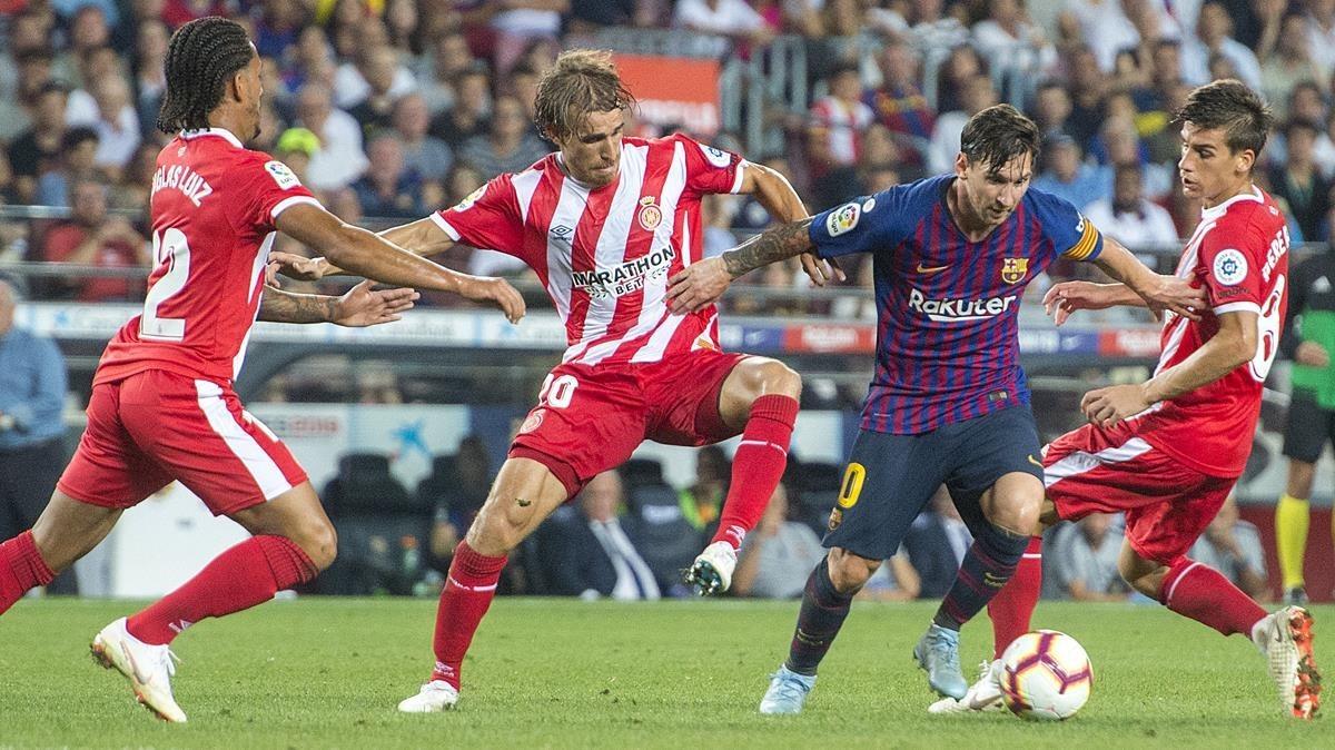 Messi intenta superar a la defensa del Girona en el Camp Nou.