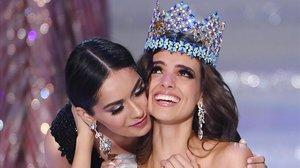 La mexicana Vanessa Ponce de León recibe la corona de su predecesora Manushi Chhillar.