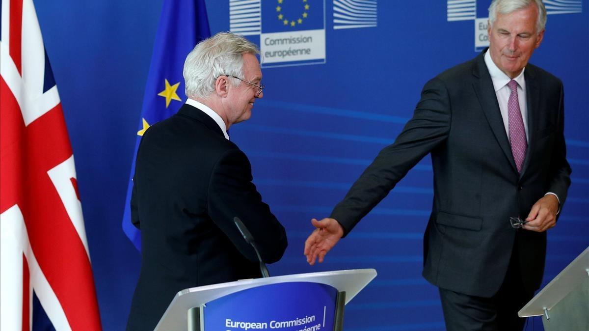 Michel Barnier (a la derecha) y David Davies, tras sus declaraciones en Bruselas, este lunes 28 de agosto.