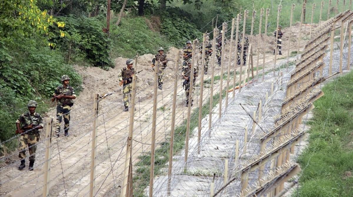 Militares indios patrullan en la valla de Chenab, cerca de la frontera entre India y Pakistán, a 60 kilómetros de Cachemira, el 26 de septiembre del 2016.