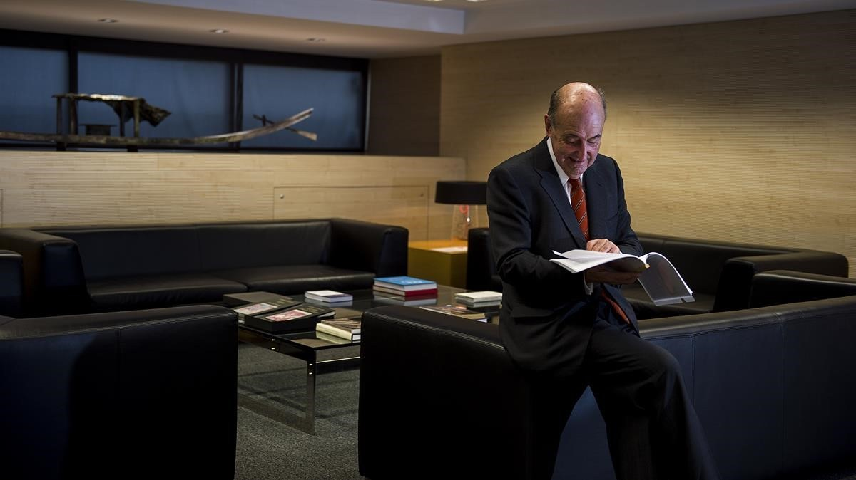 Miquel Roca Junyent en su despacho.