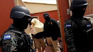 Momento en que uno de los presuntos asesinos de Berta Cáceres es detenido en Tegucigalpa.