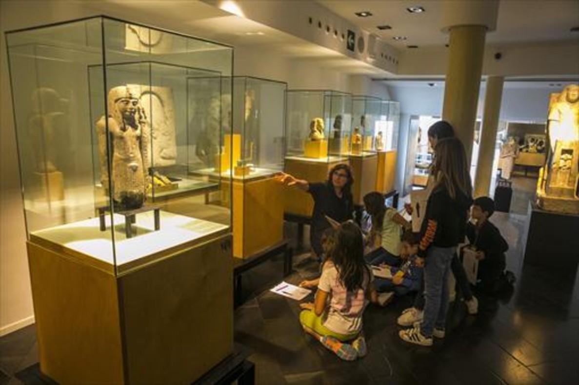 La monitora Anna Catón con el grupo de niños que siguen el curso para convertirse en guías júnior, en el Museu Egipci.