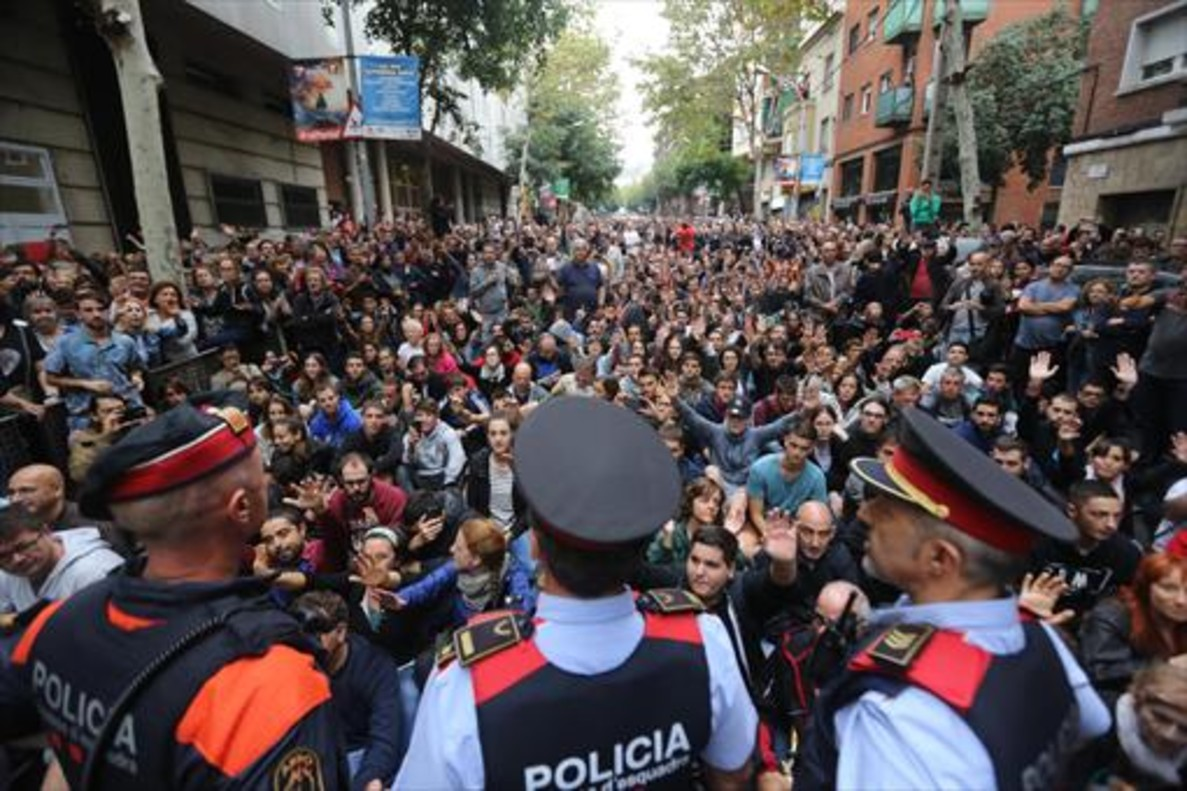 Mossos desquadra en el CEIP Tabor de Barcelona el 1-O.