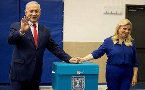 Netanyahu y su mujer, Sara, tras votar.