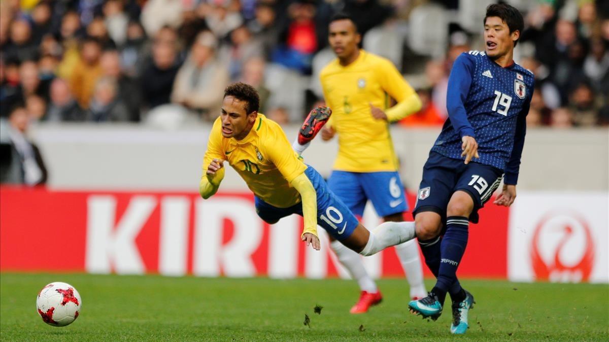 Neymar vuela por los aires tras una entrada de Sakai.