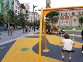 Un niño juega en un parque infantil de San Sebastián.