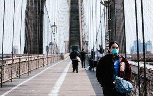 Personas con mascarilla por el coronavirus en Nueva York.