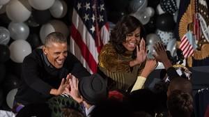 Obama y su mujer, Michelle, saludan a un grupo de niños en un evento por Halloween en la Casa Blanca, en Washington.
