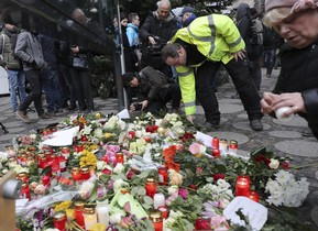 Velas y flores son depositadas en el lugar del ataque perpetrado ayer en elmercadillo navideño en el centro de Berlín.