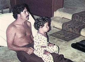 Pablo Escobar, con uno de sus hijos, en una imagen de archivo.