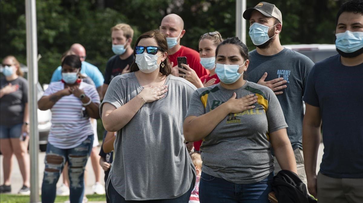 Padres y alumnos protegidos por mascarillas en un campus de Texas.