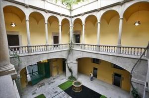 El Palau del Lloctinent, hoy sede del Arxiu General de la Corona d'Aragó, y en 'La trampa', de Teresa Juvé, propiedad de la Santa Inquisición.