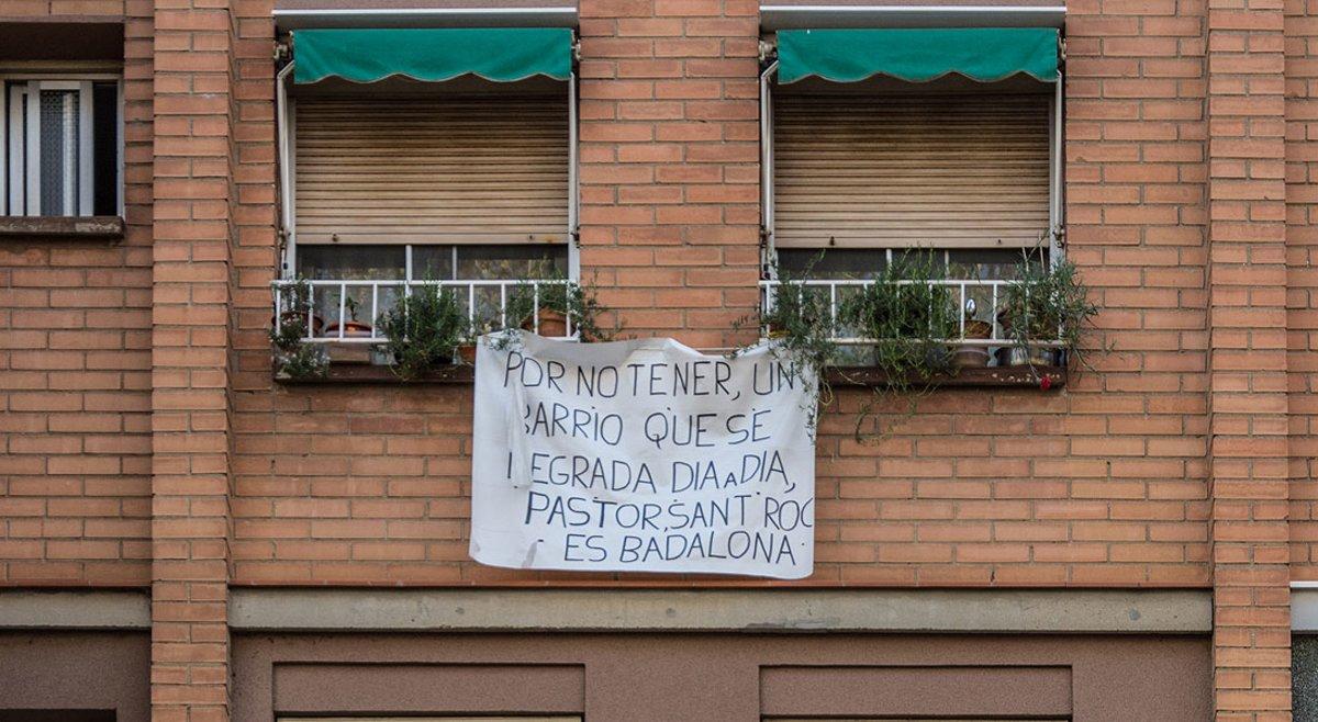 Pancarta contra la degradación de Sant Roc, dirigida al alcalde de Badalona, Àlex Pastor, en un edificio del barrio.