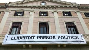 Pancarta en la fachada del Ayuntamiento de Sabadell que reclama Libertad presos políticos.