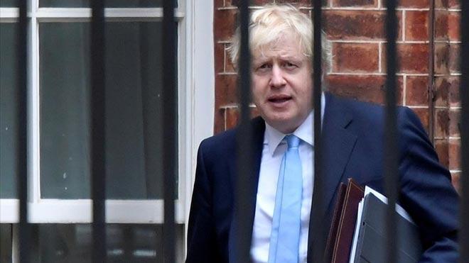 El primer ministro británico, Boris Johnson, saliendo de su residencia, en Downing Street.