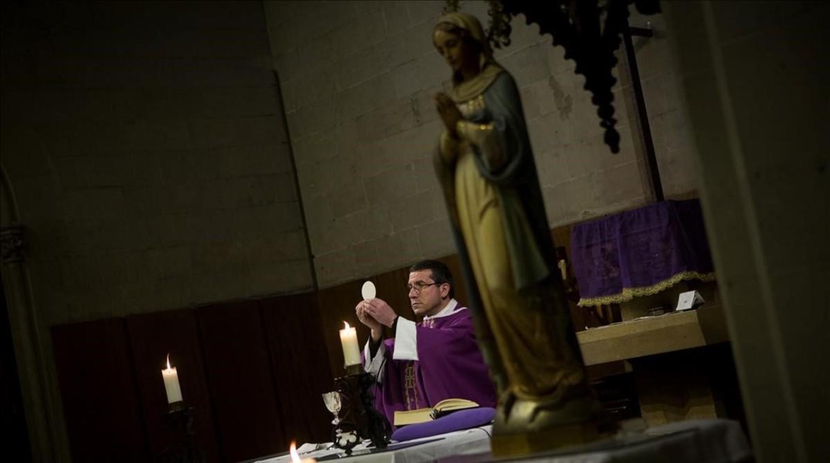 Un párroco oficia misa en la iglesia barcelonesa de la Concepció
