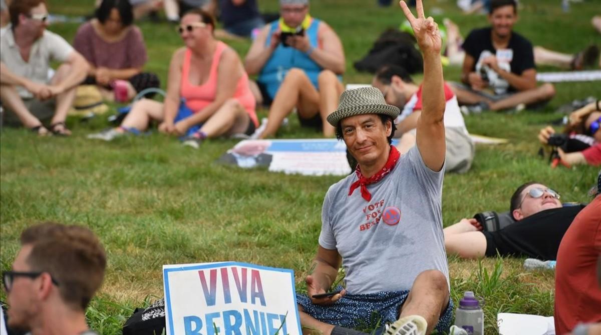 Un partidario de Sanders saluda, sentado en un parque, en Filadelfia, el 24 de julio.