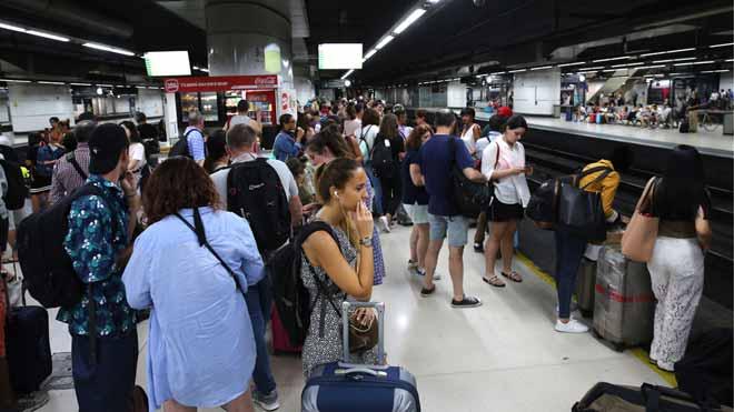 Pasajeros suben a un tren en la estación de Sants, durante la primera jornada de huelga de Renfe.