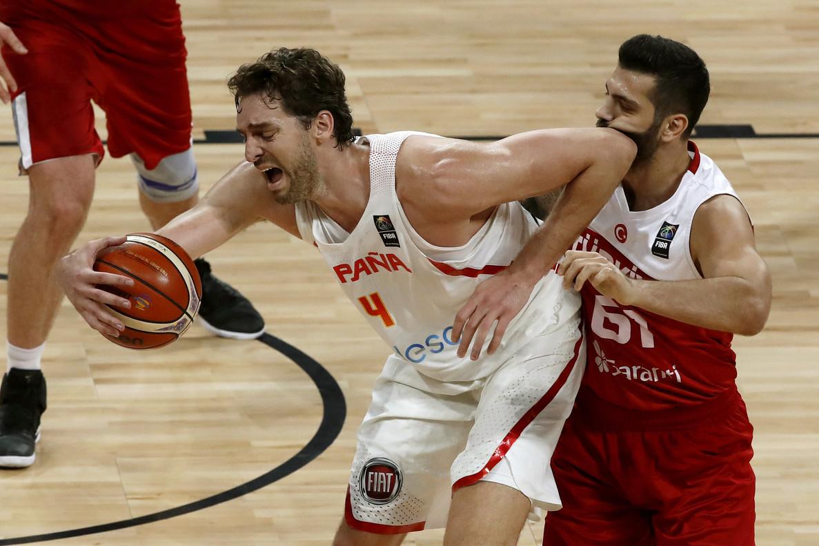 Pau Gasol intenta controlar un balón en el partido de octavos presionado por Koksal.