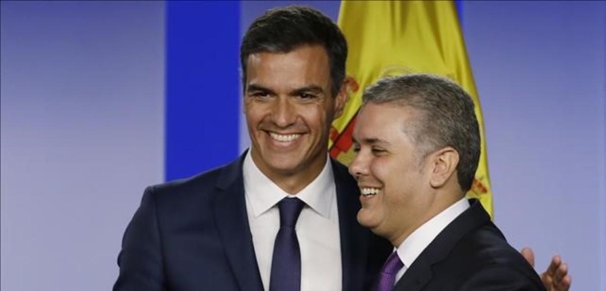 Pedro Sánchez abraza al presidente de Colombia, Iván Duque.