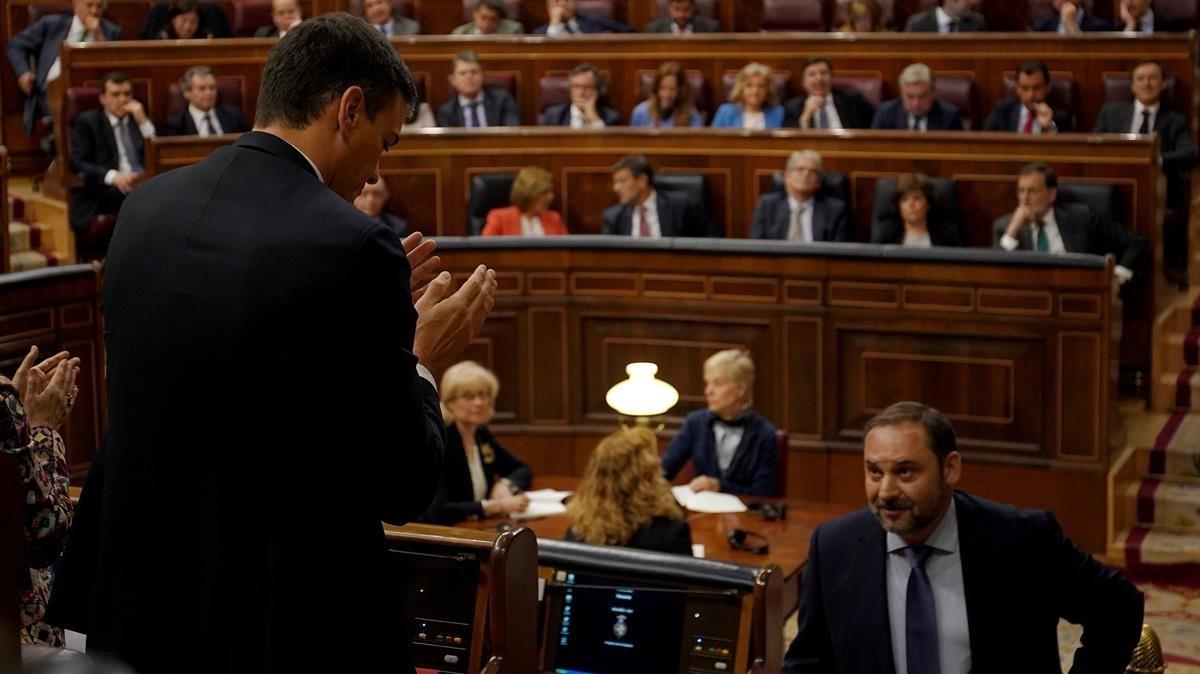 Pedro Sánchez aplaude la intervención de Ábalos.