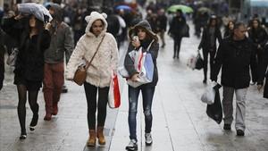 Personas caminan por Portal de lÀngel, en enero.