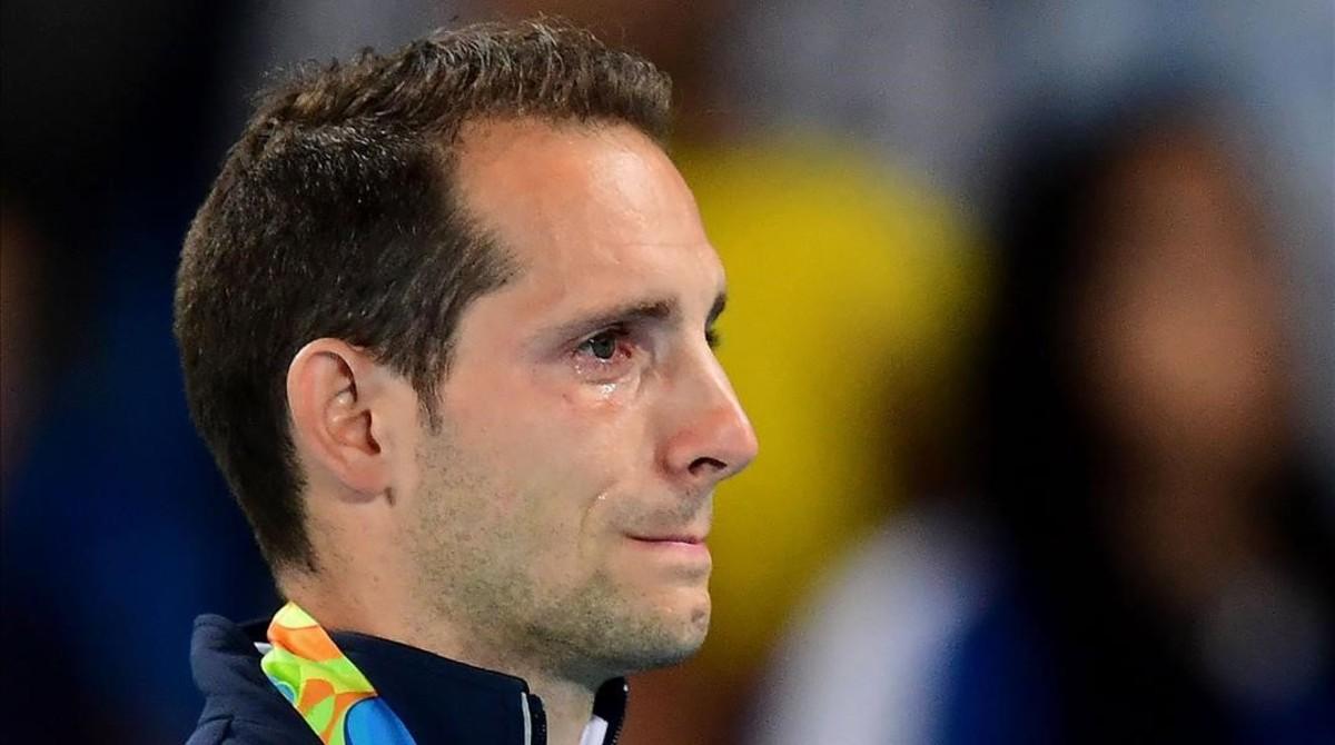 El pertiguista francés Renaud Lavillenie no puede reprimir las lágrimas durante la ceremonia de entrega de medallas.