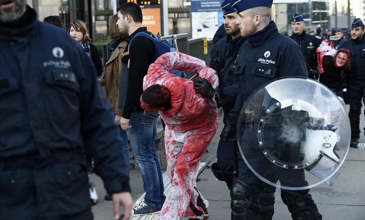 La policía desaloja un manifestante contra el CETA en Bruselas.