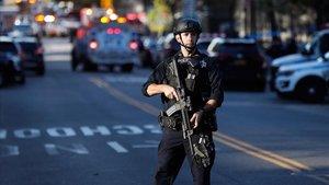 Un policía patrulla en una calle de Nueva York.