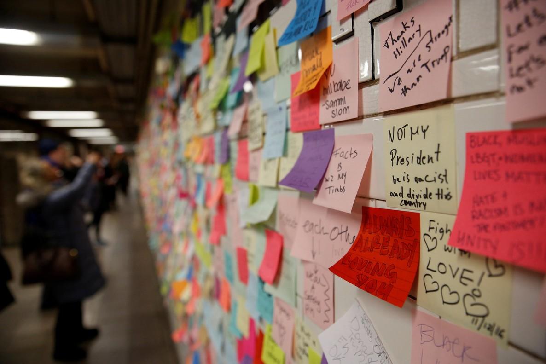 Post-its de ciudadanos sobre la elección de Trump como presidente, en una pared de la estación de metro de Union Square, en Nueva York.