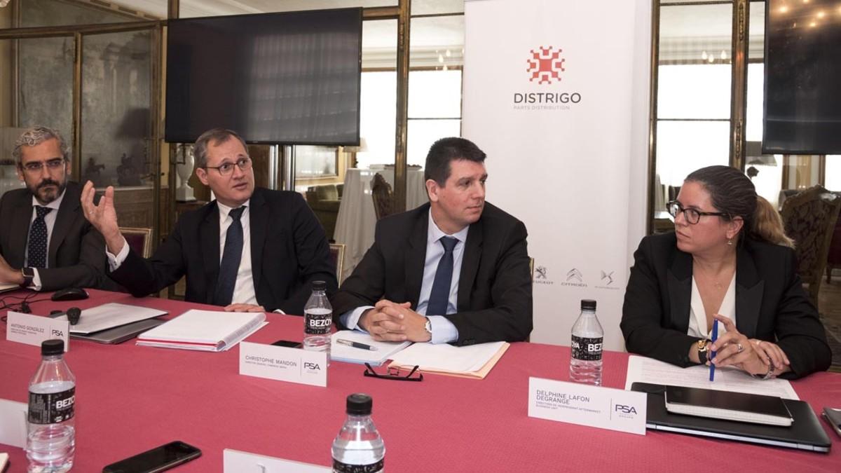 De izquierda a derecha, José Antonio León (director de comunicación de PSA Iberia), Antonio González (director de piezas y servicios de Grupo y responsable de Distrigo en España), Christophe Mandon (director Comercial de PSA Iberia) y Delfine Llafon (directora de aftermarket bussines unit de PSA).