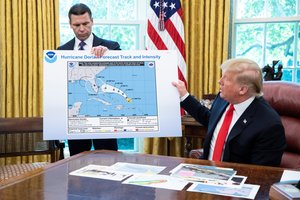 Washington (United States), 04/09/2019.- US President Donald J. Trump (R) and acting US Secretary of Homeland Security Kevin McAleenan (L) hold up a National Oceanic and Atmospheric Administration map of a previously projected path of Hurricane Dorian, while participating in a briefing on Hurricane Dorian in the Oval Office of the White House in Washington, DC, USA, 04 September 2019. Trump said the federal government will continue to monitor Dorian, which mostly spared Florida but is projected to potentially cause devastating winds, storm surge and flash floods in the Carolinas. (Inundaciones) EFE/EPA/MICHAEL REYNOLDS