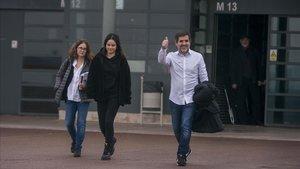 El presidente de la ANC Jordi Sanchez acompanado por su esposa e hija saliendo de premiso de fin de semana de la carcel de Lledoners