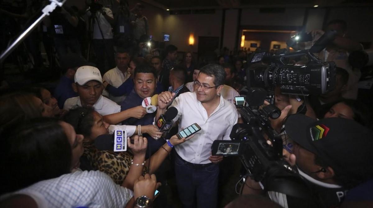 El presidente de Honduras y candidato a la reelección Juan Orlando Hernández se proclama vencedor de las elecciones en Honduras.