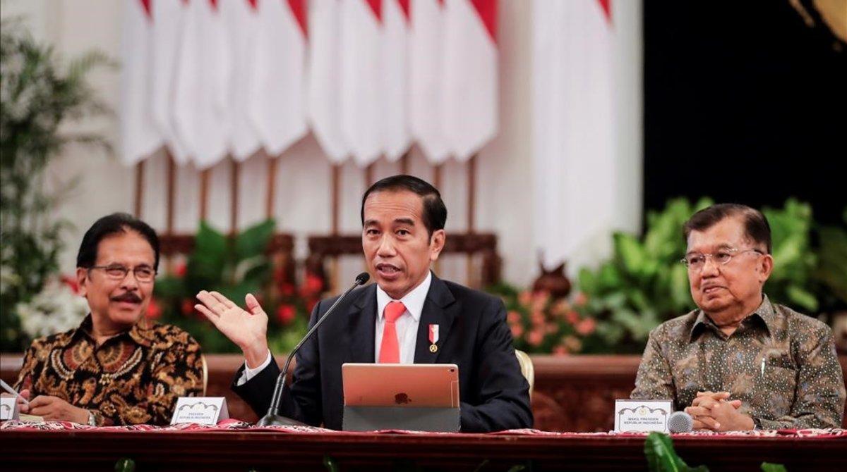 El presidente Joko Widodo (C) acompañado por su vicepresidente Jusuf Kalla y el ministro de Agricultura y Ordenación del Territorio, Sofyan Djalil, habla con los medios mientras anuncia la ubicación de la nueva capital del país durante una conferencia de prensa en el palacio estatal en Yakarta, Indonesia, el 26 de agosto de 2019