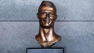 El primer busto de Cristiano Ronaldo esculpido por Emmanuel Santos.