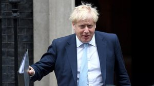 El primer ministro británico, Boris Johnson, saliendo de su residencia oficial.