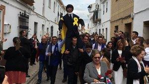 Vecinos de Coripe (Sevilla) portan el Judas Puigdemont que será posteriormente quemado
