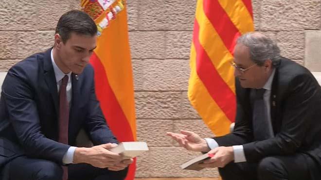 Quim Torra regala dos libros a Pedro Sánchez en su encuentro en la Generalitat
