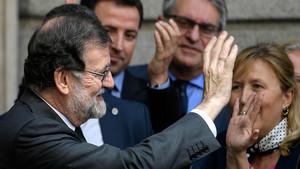 Rajoy saluda a los congregados a las puertas del Congreso, el pasado viernes.