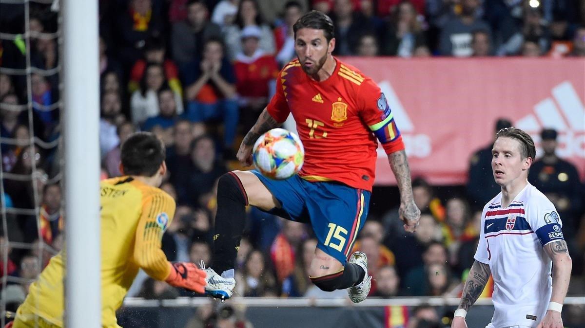 Ramos dispara ante el portero noruego Jarstein, sin suerte.